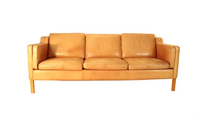 Sofá de piel marrón escandinavo