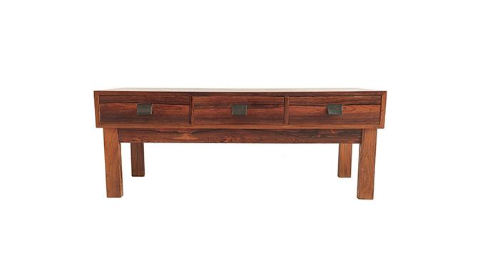 Mueble bajo en palosanto con tiradores de cuero